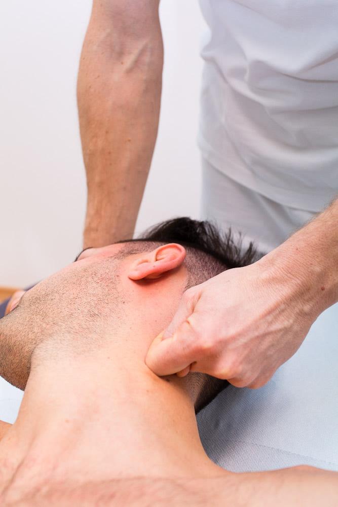 Individuazione punto di dolore e manipolazione manuale tessuti